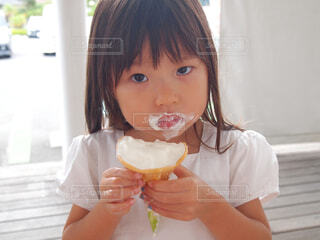 ソフトクリームを食べる小さな女の子の写真・画像素材[4432726]
