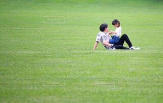 芝生でリラックスの写真・画像素材[4614611]