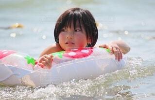 海水浴を楽しむ女の子の写真・画像素材[4649197]