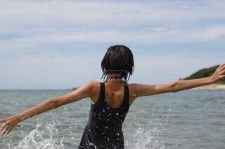 海水浴を楽しむ少女の写真・画像素材[4664961]