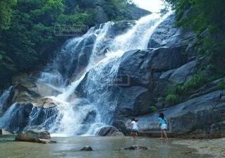 滝で涼む少女達の写真・画像素材[4743369]