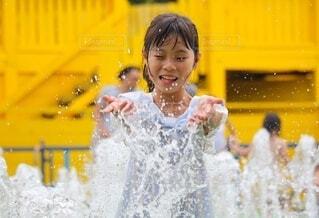 水を浴びて涼む女の子の写真・画像素材[4743455]