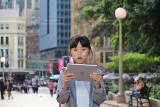 タブレットを手にする女の子の写真・画像素材[4869973]