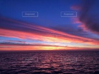 水の体の上の夕日の写真・画像素材[2353916]