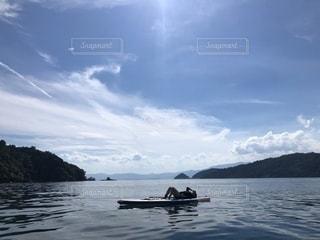 湖の真ん中での写真・画像素材[2414953]