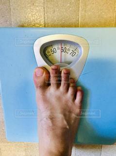 体重計で体重を計測!の写真・画像素材[2315121]