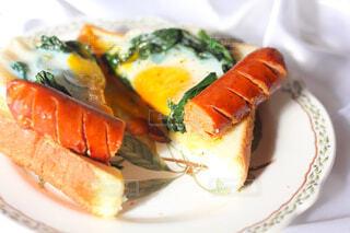食べ物,朝食,白,光,パン,皿,目玉焼き,卵,料理,おいしい,食パン,ソーセージ,お皿,ほうれん草,PR,ジョンソンヴィル