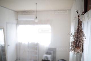 白い部屋にいる人の写真・画像素材[2928438]