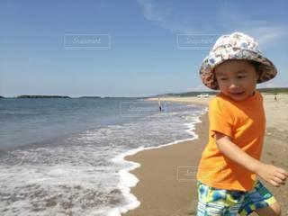 波打ち際の男の子の写真・画像素材[2344003]