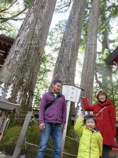 木の隣に立っているの写真・画像素材[2371429]