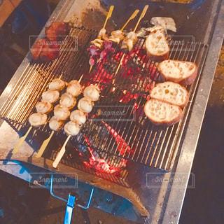 グリルの上の食べ物のトレイの写真・画像素材[2367265]
