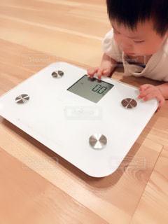 体重計と赤ちゃんの写真・画像素材[2334950]