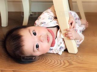イスの下に入り込んだ赤ちゃんの写真・画像素材[2336766]