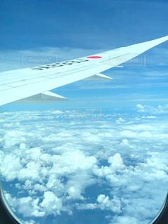 空を飛んでいる飛行機の写真・画像素材[2413364]