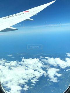 空を飛んでいる飛行機の写真・画像素材[2413395]