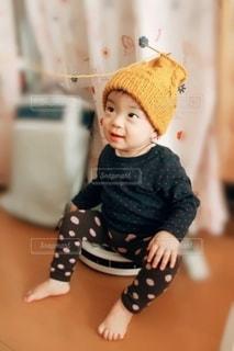座っている小さな子供の写真・画像素材[2693851]