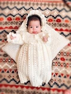 横たわっている小さな女の子の写真・画像素材[2696030]