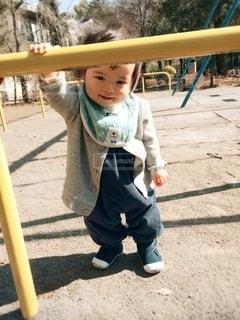 野球のバットを持っている小さな男の子の写真・画像素材[2697657]