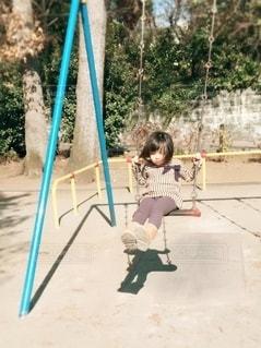 ブランコに乗っている女の子の写真・画像素材[2701082]