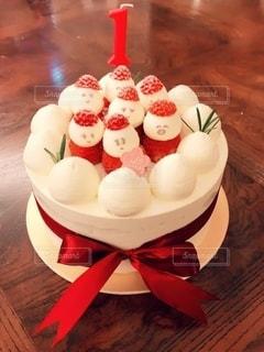 テーブルの上の赤と白のケーキの写真・画像素材[2736317]
