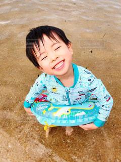 砂の中に立っている小さな男の子の写真・画像素材[2938660]