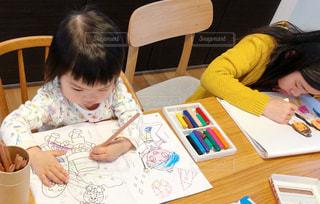 女の子,仲良し,テーブル,ペン,人,座る,幼児,お絵描き,色鉛筆,クレヨン,姉妹,きょうだい,紙,おえかき,塗り絵,ぬりえ,おうち時間