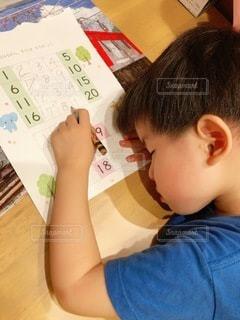 机で寝る子供の写真・画像素材[3431119]