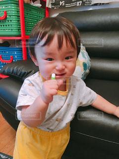椅子に座っている赤ん坊の写真・画像素材[2436903]