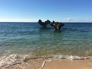 海の隣の水域の隣に立っている人の写真・画像素材[2329070]