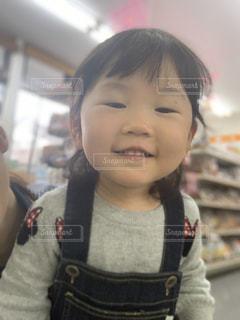 カメラに微笑む小さな女の子の写真・画像素材[2327619]