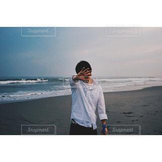 ビーチに立っている人の写真・画像素材[748794]