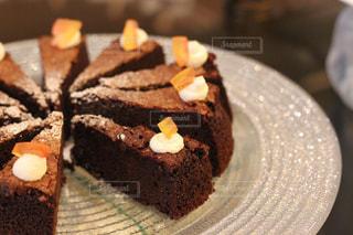 皿にチョコレート ケーキ - No.815946