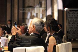 電話で話している椅子に座っている人々 のグループの写真・画像素材[820074]