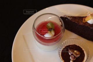 皿の上のケーキの一部の写真・画像素材[820110]