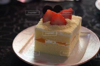 近くに皿の上のケーキのスライスのアップの写真・画像素材[820113]