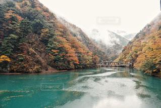 観水と背景の山の写真・画像素材[845115]