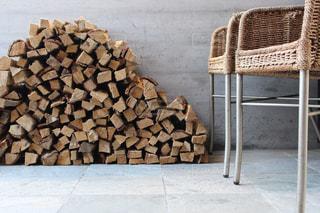 薪と椅子の写真・画像素材[995495]