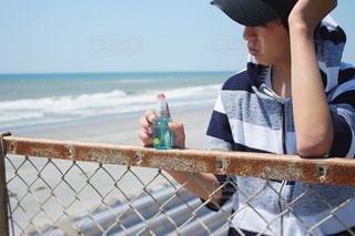 水中で立っている少年の写真・画像素材[1185221]