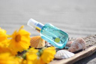 テーブルにプラスチック製のウォーター ボトル - No.1190057