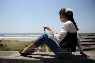 ビーチに座っている人の写真・画像素材[1191586]