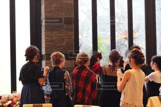 花嫁を囲む友達の写真・画像素材[1230670]