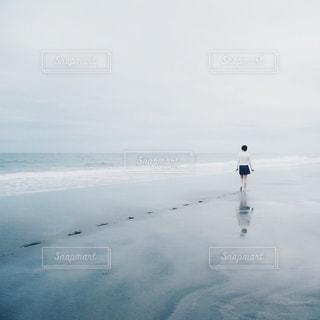 砂浜を歩く少女の写真・画像素材[1259277]