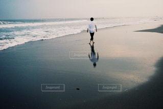 砂浜を歩く男性の写真・画像素材[1259279]