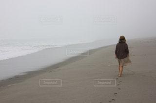 ビーチに立っている人の写真・画像素材[1259285]