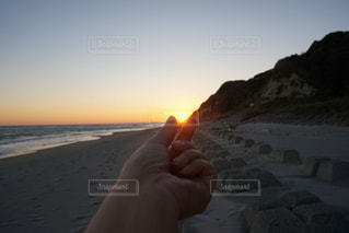 夕陽をつまむの写真・画像素材[1259289]