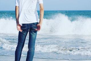 水の体の横に立っている人の写真・画像素材[1314738]