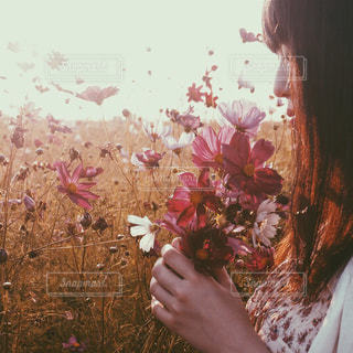 花を持つ女性の写真・画像素材[1448617]