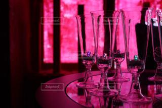 ワイングラスを持つテーブルの写真・画像素材[1448662]