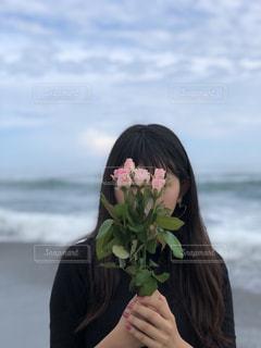 水の体の前で立っている女性の写真・画像素材[1448671]