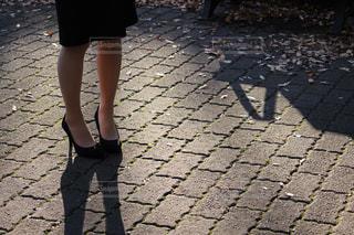 女性の足元の写真・画像素材[1838354]
